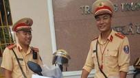 Cảnh sát giao thông tặng bút, thước cho thí sinh dự thi THPT