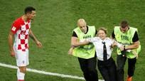Ban nhạc Nga chạy vào sân trận chung kết World Cup 2018 ngồi tù 15 ngày