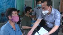 Bí thư Thành ủy Vinh và Đài PTTH tỉnh trao quà hỗ trợ cho đối tượng khó khăn do dịch Covid-19