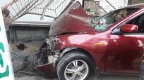 Nghệ An: Xe 4 chỗ tông taxi, đâm sập cửa quán ăn
