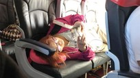 Một mình nằm ba chỗ trên máy bay, người phụ nữ bị chỉ trích dữ dội