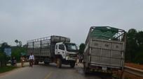 Nghệ An: Hai xe tải đối đầu, dân cạy cửa cứu tài xế