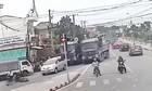 Kinh hoàng hai xe tải rượt đuổi, chèn ép nhau trên phố