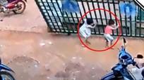 Hai em bé bị cổng sắt đổ đè lên người