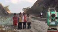 Nửa triệu lượt xem clip 4 cậu bé kiên trì tạo dáng chụp ảnh với máy... trắc địa