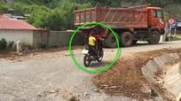 Thót tim bé gái 10 tuổi lái xe máy chở em nhỏ chạy băng băng trên đường
