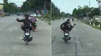 """Nam thanh niên vừa lái xe máy bằng chân, vừa """"quẩy"""" trên đường"""