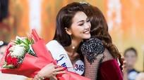 Hoa hậu Ngọc Nữ thăm thầy, cô giáo nơi trường cũ ở Nghệ An