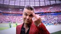 """Robbie Williams giơ """"ngón tay thối"""" khi biểu diễn khai mạc World Cup"""
