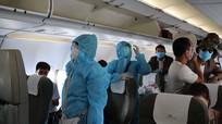 Hành khách mặc áo mưa lên máy bay về Nghệ An