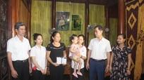 Trao tặng sổ tiết kiệm cho gia đình liệt sỹ công an hi sinh khi bắt ma túy