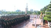 Đoàn đại biểu Đảng bộ Quân khu 4 báo công với Bác Hồ tại Quảng trường Hồ Chí Minh
