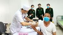 Quân khu 4 triển khai tiêm vắc-xin phòng Covid-19 cho hơn 200 cán bộ, chiến sỹ
