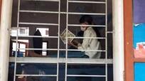 Hỗ trợ sách cho học sinh trong khu cách ly ở huyện Tương Dương