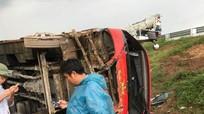"""Xe khách """"bay"""" khỏi đường cao tốc, 4 người bị thương"""