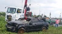Phát hiện 3 người tử vong trong chiếc xe ôtô Mercedes nằm dưới lòng kênh