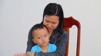 Lừa hơn 70 tỷ tiêu xài, người phụ nữ ôm con nhỏ đến công an đầu thú