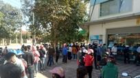 Người dân Yên Thành chen chân ở cây ATM bất chấp khuyến cáo dịch bệnh