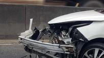 Thoát chết khi xe ô tô lao vào dải phân cách