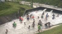 Cảnh báo việc người dân 'chấp' dịch Covid chen nhau tắm trên kênh đào ở Yên Thành