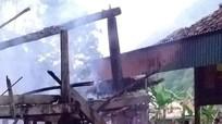 Cháy rụi nhà sàn của hai ông bà 81 tuổi ở Quế Phong lúc rạng sáng