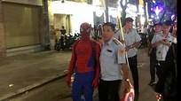 """""""Người nhện"""" bị phạt vì bán hàng rong ở phố đi bộ Nguyễn Huệ"""
