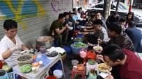 Hàng ăn vỉa hè Hà Nội đắt gấp nhiều lần vẫn đông khách dịp Tết