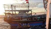 Thợ lặn chưa thể vào bên trong tàu cá Nghệ An bị chìm