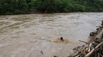 Nghệ An: Người dân liều mình vớt củi, gỗ giữa dòng nước lũ chảy xiết