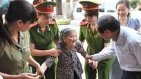 Đồng chí Phan Đình Trạc bỏ phiếu tại tổ bầu cử số 13, phường  Trường Thi, Tp. Vinh