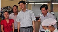Đồng chí Lê Xuân Đại thăm, tặng quà các doanh nghiệp và công nhân lao động