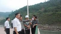 Thứ trưởng Bộ NN & PTNT Đào Xuân Học kiểm tra công tác khắc phục mưa lụt tại huyện Tương Dương