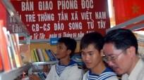 TTXVN tặng sách cho xã Song Tử Tây, Trường Sa