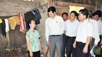 Đồng chí Lê Xuân Đại kiểm tra thực hiện chính sách về nhà ở huyện Tân Kỳ