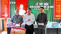Sở Xây dựng tặng quà xã Tây Sơn ( huyện Kỳ Sơn)