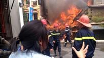 Hà Nội: Cháy lớn, nhà 5 tầng khung thép đổ sập