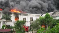 Cháy lớn ở công ty may, gần 2.000 chiếc xe bị thiêu rụi