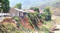 Hàng chục ngôi nhà sắp rơi xuống dòng Nậm Mộ