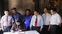 Đồng chí Tòng Thị Phóng dâng hương, dâng hoa tại Khu di tích Kim Liên và Đền thờ Hoàng đế Quang Trung