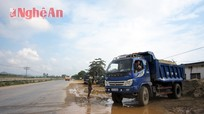 """Diễn Châu: """"Bến"""" cát gây nguy hiểm trên quốc lộ 1A"""