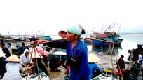 Thuyền về bến cá Quỳnh Phương