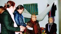 Tăng ni phật tử tặng quà tết cho hộ nghèo đặc biệt khó khăn