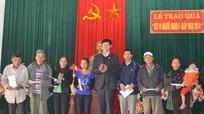 Đồng chí Lê Xuân Đại tặng quà, chúc tết tại thị xã Thái Hòa