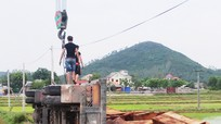 Xe  ô tô chở đầy gỗ lật nhào xuống ruộng, 1 người bị thương