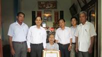 Anh Sơn: Trao huy hiệu 65 tuổi Đảng cho đảng viên lão thành