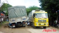 """Quỳnh Lưu: Hai xe tải mắc kẹt trong """"ổ voi"""" nhiều giờ liền"""