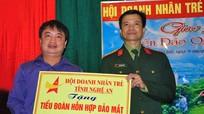Hội doanh nhân trẻ Nghệ An tặng quà CBCS đảo Mắt