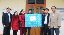 Văn phòng Tỉnh ủy tặng quà hộ nghèo xã Phú Sơn (Tân Kỳ)