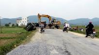 Đường xấu, tránh nhau xe tải lật nhào xuống ruộng