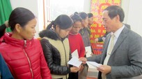 Sở Tư pháp tặng 50 triệu đồng cho hộ nghèo xã Thanh Sơn